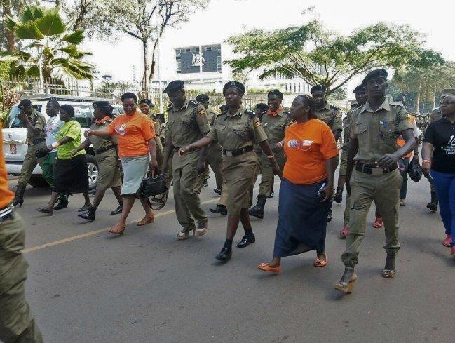 des-policiers-manifestent-en-talons-pour-les-droits-des-femmes-en-ouganda-1019826_w650