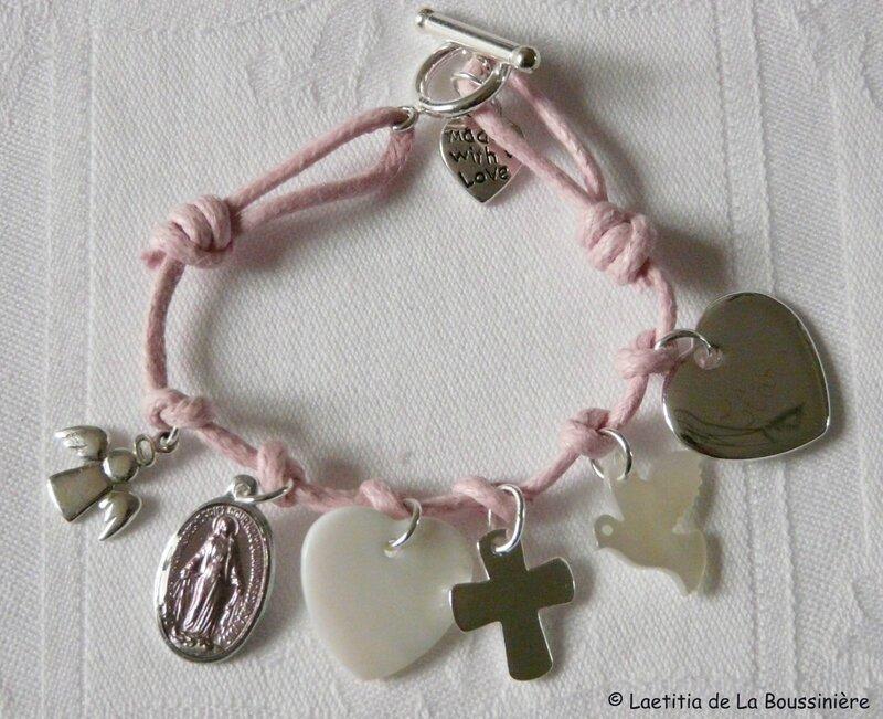 Bracelet sur lien de coton avec fermoir en argent massif ange en AM, médaille miraculeuse rose, coeur en nacre, Croix en AM, colombe en nacre et coeur en PA