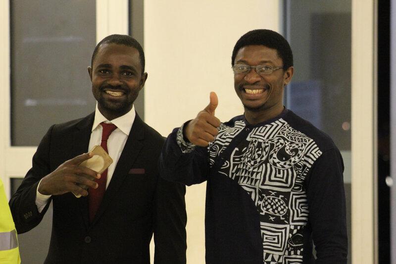 Dariche Nehdi (en chemise afro), membre du réseau des Journalistes Culturels du Cameroun, rédacteur en chef chez Culture Ebène, magzine
