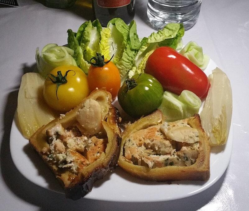 Salade de tomates variées, sucrine, endive cuite au citron, concombre Noa et pâté en croûte de noix de Saint-Jacques et saumon 1