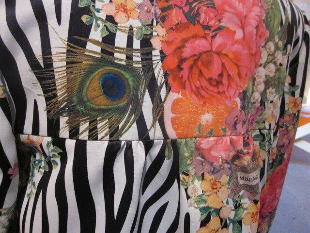 Manteau EDITH en polyester zébré imprimé fleurs et plumes de paon - Doublure de satin noir (6)