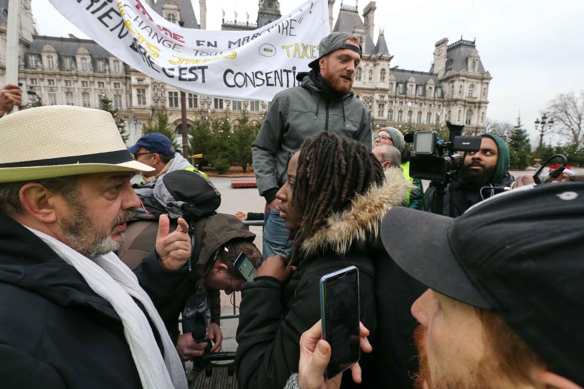 Paris : des Gilets jaunes lisent une lettre ouverte à Emmanuel Macron. © Michel Stoupak. Sam 05.01.2019, 13h17m44.