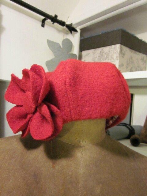 Chapeau AGLAE en laine bouillie rouge avec fleur - doublure de coton vichy rouge et blanc (4)